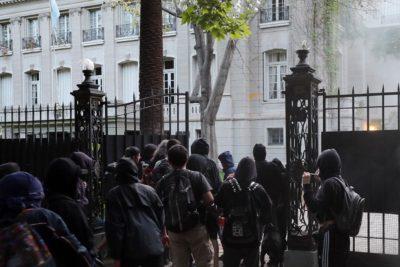 Gobierno argentino preocupado por ataque a embajada en Chile