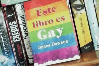 """Movilh denuncia a colegio por censurar a alumna que leía """"Este libro es gay"""""""