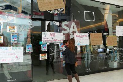 """FOTO  """"Si quiere comprar acá, debe saber algo"""": el llamativo cartel en la huelga de 15 días de Maui y Rip Curl"""
