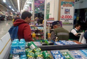 La dramática historia detrás del hombre al que un joven le ayudó a pagar la cuenta del supermercado
