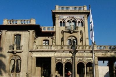 Municipalidad de Providencia ordena demolición de dos carteles publicitarios gigantes ilegales