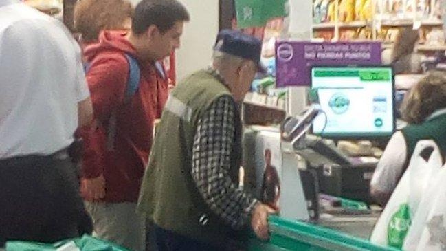 """""""Yo le ayudo a pagar"""": el solidario gesto de un joven con un adulto mayor que se hizo viral"""