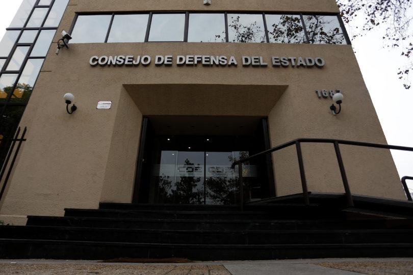 Consejo de Defensa del Estado presenta querella por compra irregular de 10 mil pares de botas en Carabineros