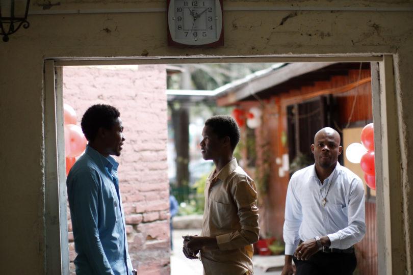 """""""Chile no mejora la calidad de vida"""": el duro diagnóstico que realizó senador haitiano tras visitar a compatriotas"""