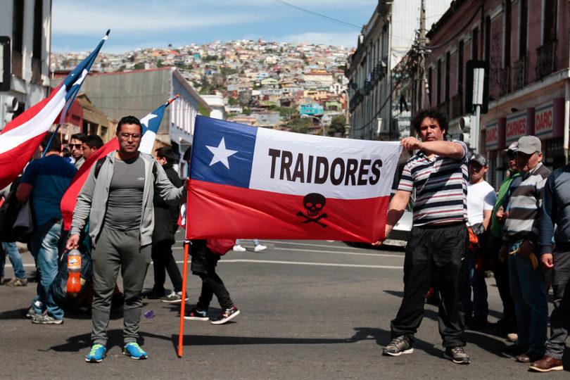 """Dirigentes de pescadores: """"Piñera y Guillier tienen un doble discurso con la ley de pesca"""""""