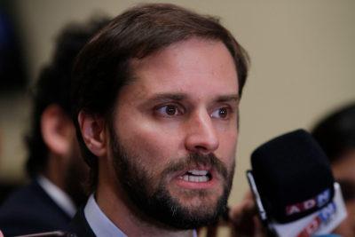 """Comando de Piñera ironiza con decisión del Frente Amplio: """"Capaz que cambien su logo a amarillo"""""""