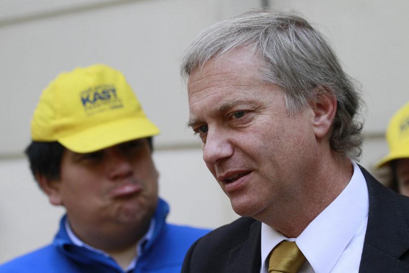 Alta política: Kast denuncia a Guillier por supuesto delito y el senador lo manda al psiquiátrico