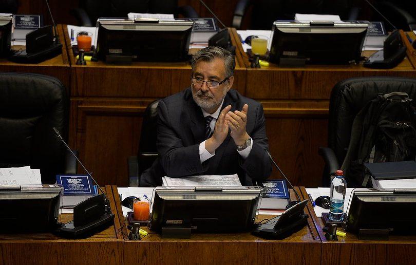 Alejandro Guillier no votó capitalización de TVN pese a comprometer su apoyo al Gobierno