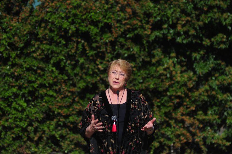 La dedicatoria de Michelle Bachelet al chileno en Barcelona que lloró tras votar después de 47 años