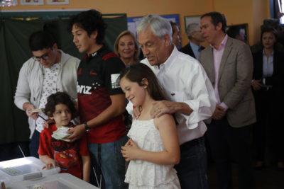 FOTO | Votó inmediatamente después de Sebastián Piñera y decidió insultarlo, pero en silencio