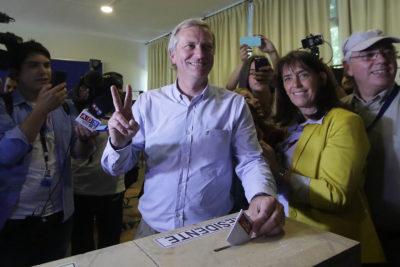 VIDEO |La reacción de Kast y sus fans cuando aparece una máscara de Pinochet en su local de votación