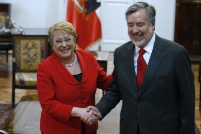 """Bachelet pide a Guillier """"no distraer"""" la agenda legislativa y coordinan """"continuación de reformas"""""""