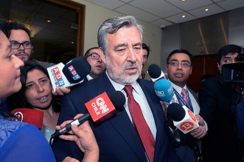 """Alejandro Guillier entrega propuesta de cambio al CAE y dispara: """"Piñera tiene una confusión en la cabeza"""""""