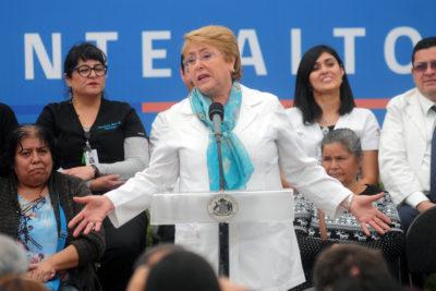 """Bachelet hace directo llamado a Guillier y Piñera: """"Hay que prometer lo que uno sabe que va a cumplir"""""""
