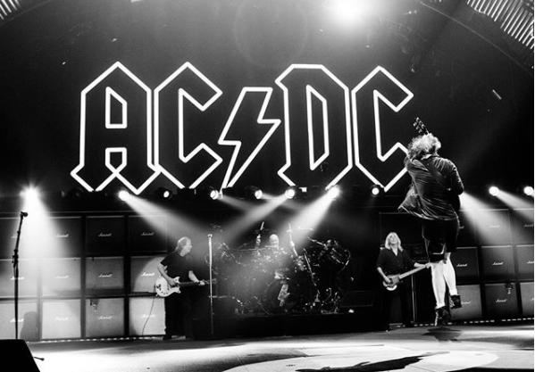 Murió el guitarrista y uno de los hermanos Young de AC/DC