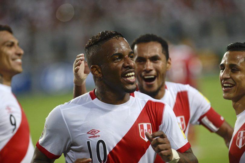 VIDEOS | Crack de Perú golpea en el piso a hincha tras celebrar la clasificación al Mundial