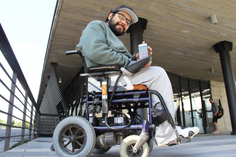 Estudiante discapacitado crea dispositivo para evitar lesiones de usuarios en sillas de ruedas