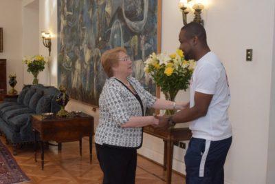 FOTOS | Así fue la reunión entre la Presidenta Bachelet y Richard Joseph, el haitiano héroe