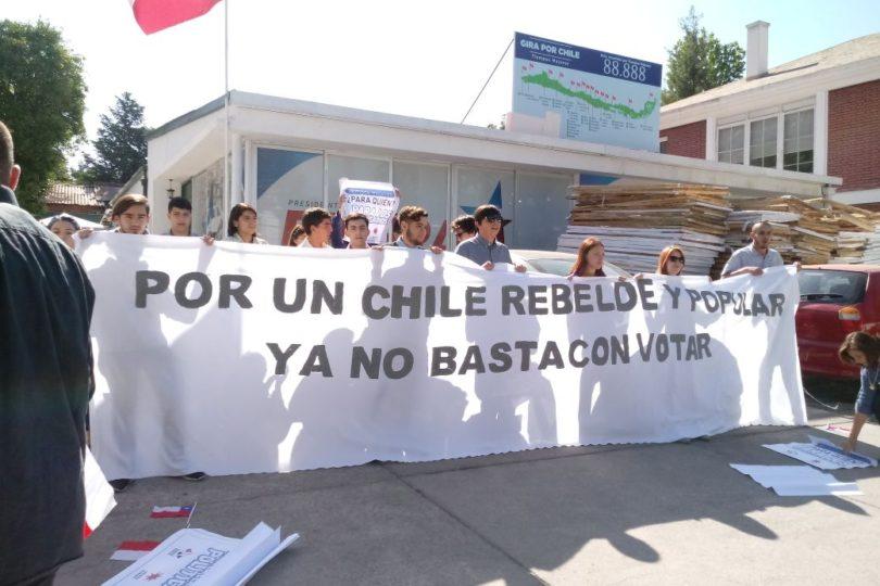 """FOTOS   Juventud Rebelde se toma el comando de Piñera: """"Él no sabe lo que es ser chileno"""""""