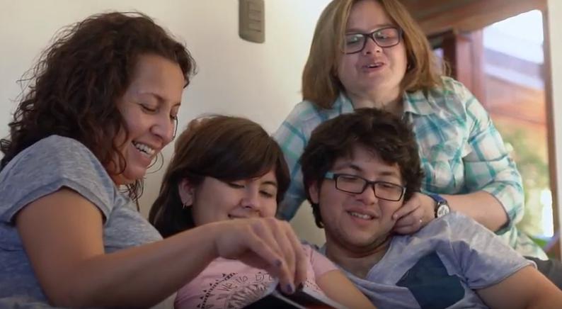 VIDEO l Emotivo testimonio de puntaje nacional con dos mamás busca derribar prejuicios