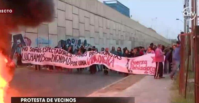 Instalaron barricadas y cortaron el tránsito: vecinos de Quilicura protestaron por mala calidad de viviendas