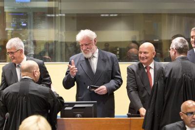 VIDEO l Criminal de guerra Slobodan Praljak toma veneno mientras era declarado culpable