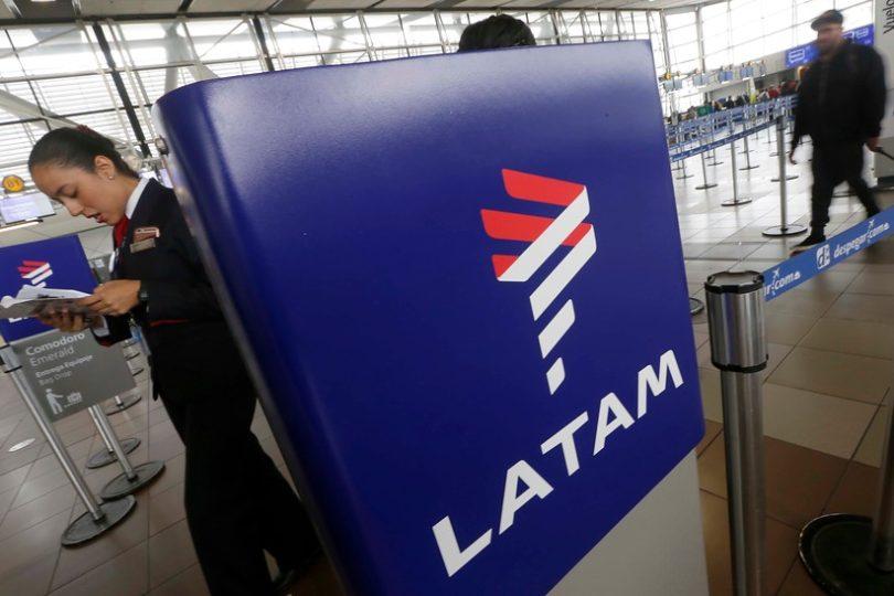 Latam deberá indemnizar a pasajero que recibió por error maleta con 30 kilos de cocaína