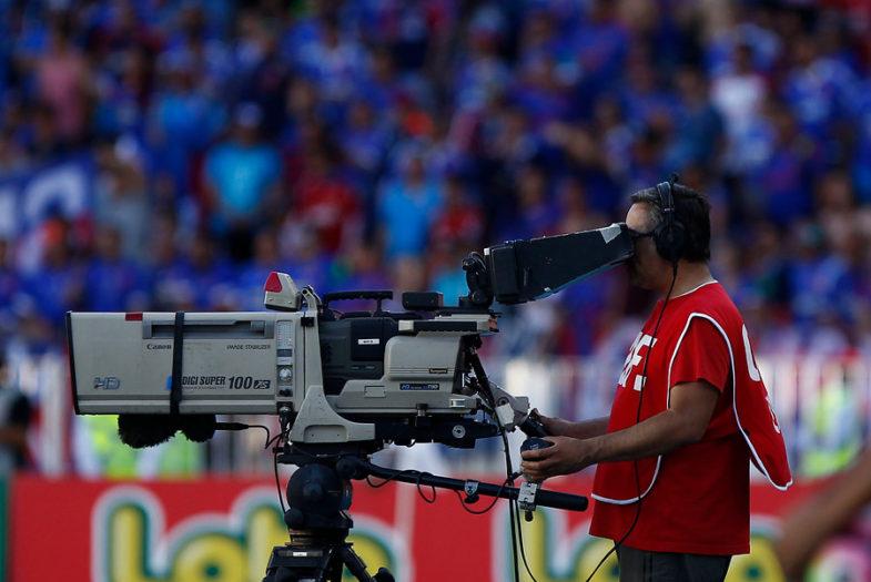 """Batacazo en el fútbol chileno: Turner le gana """"el gallito"""" a FOX y negociará en exclusiva la compra del CDF"""