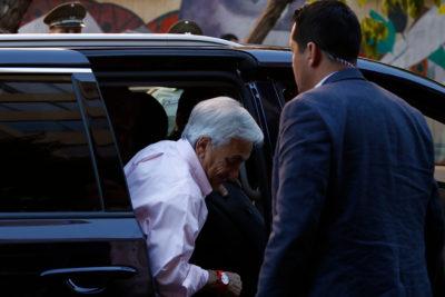 FOTO |Explícito cartel genera caos en la votación de Piñera