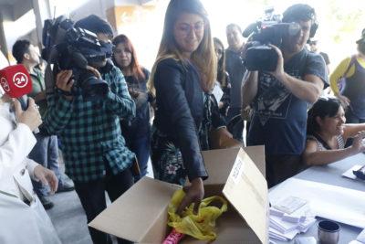 VIDEO |Vocales de mesa en el Estadio Nacional encontraron un consolador en su caja de materiales