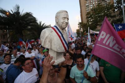 FOTOS   Augusto Pinochet apareció en las celebraciones del triunfo de Sebastián Piñera