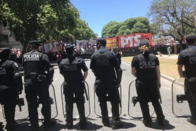 Graves incidentes marcan protestas en contra de reforma a las pensiones en Argentina