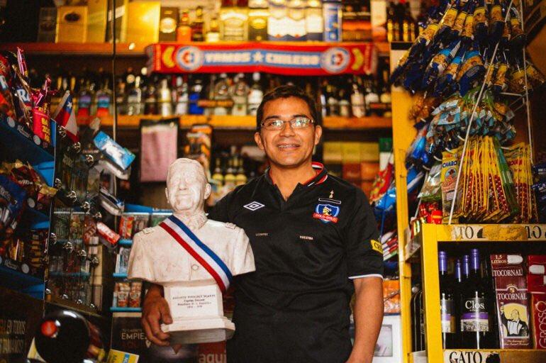 El colocolino que llevó el busto de Pinochet para festejar a Piñera