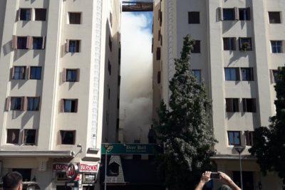 FOTOS + VIDEO  Incendio afecta a local de comida ubicado en pleno Plaza Italia