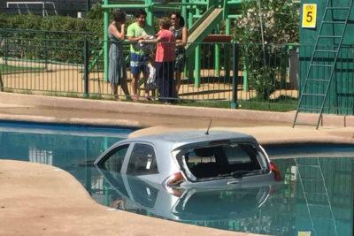FOTOS | Quería ir a votar en Valparaíso y terminó con su auto dentro de una piscina