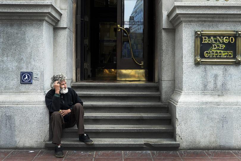 Satisfacción de los chilenos con su bienestar llega a su mínimo histórico