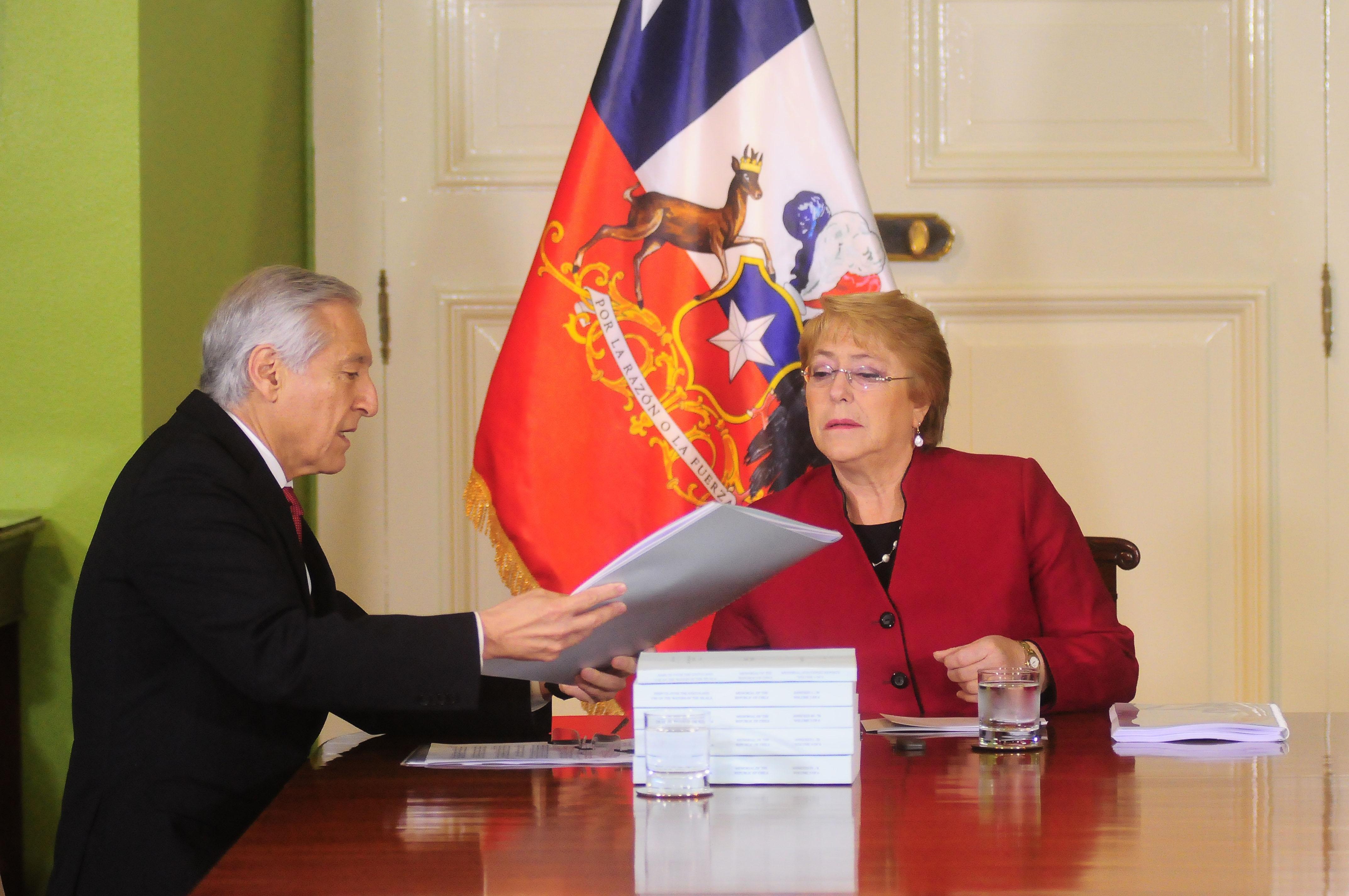 Canciller explica las razones del viaje de Bachelet a Cuba a menos de 70 días de dejar La Moneda