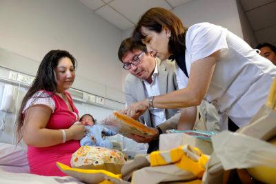 Ministros de Desarrollo Social y Salud visitan a primer niño nacido en 2018