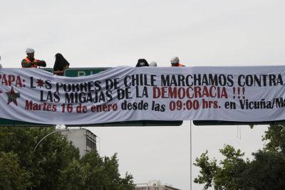Manifestantes protestan frente a embajada de Argentina por visita del Papa
