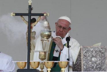 """Senador del Frente Amplio: """"El Papa ha estado lejos de los pobres y muy cerca de palacios, dinero y parafernalia"""""""