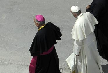 """Periodista de TVN le recuerda al Papa pasaje de la Biblia después de pedir """"pruebas"""" de abuso"""
