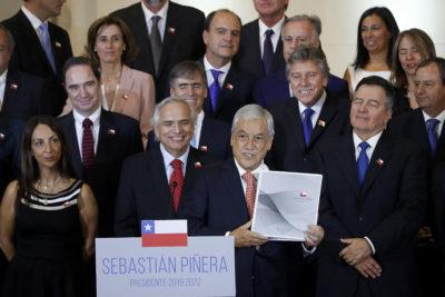 """The Guardian: gabinete de Piñera """"tiene vínculos con Pinochet y Colonia Dignidad"""""""