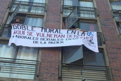 """""""Doble moral en la UC"""": el lienzo que recibió al papa en la Universidad Católica"""