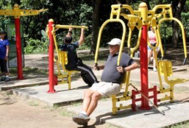 Providencia estudia cobrar por el uso de plazas como gimnasios