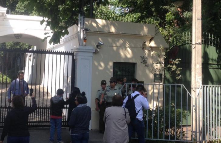 """""""ANDHA Chile se toma la sede papal: protestan por millonario costo de la visita"""""""