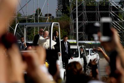 """VIDEO   La """"ofrenda"""" en el Parque O'Higgins que termina en la cara del Papa en pleno trayecto al altar"""