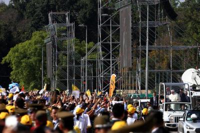 VIDEO   El momento exacto en que manifestante interrumpe el silencio de la misa del Papa con dura consigna contra Gendarmería