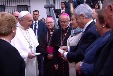 VIDEO | La gran diferencia de los saludos del Papa a Piñera y Lagos