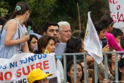 """""""Ni zurdos, ni tontos"""": Mariano Puga se une a manifestación de Osorno contra Barros y el Papa"""