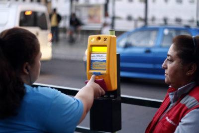 Ex ministro de Transporte se defiende tras críticas del Gobierno por falla de tarjeta Bip!